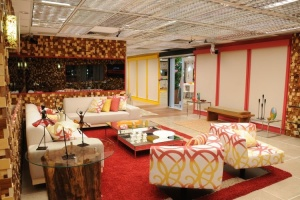a-sala-do-bbb10-com-decoracao-com-detalhes-em-madeira-1325613633985_750x500